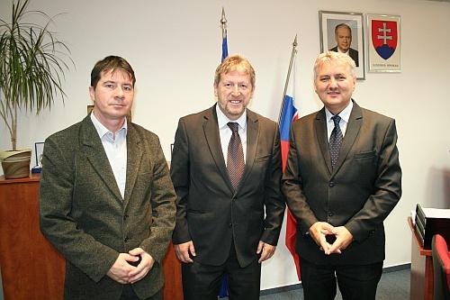 Izraelský veľvyslanec v SR Alexander Ben-Zvi, predseda Správnej rady ÚPN Ondrej Krajňák a riaditeľ sekcie vedeckého výskumu ÚPN Patrik Dubovský.