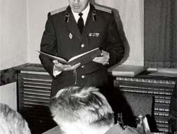 Foto: Dôstojník KGB číta pozdravný list predstaviteľom VKR