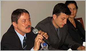Foto: Zľava: Ján Langoš, Juraj Kalina (moderátor) a Helena Karasová.