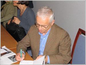 Foto: Josef Mašín pri podpisovaní knihy ODKAZ.