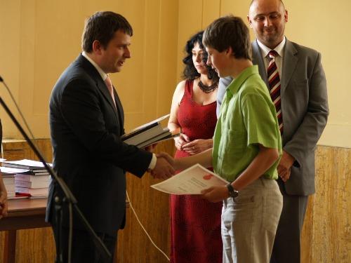 Foto: Ivan A. Petranský odovzdáva vecné dary ocenenému študentovi