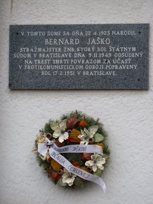 Foto: Pamätná tabuľa na rodnom dome Bernarda Jaška